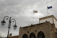 """Le palais présidentiel, à Nicosie. Standard & Poor's a abaissé la note souveraine de Chypre à CCC contre CCC+, en raison des difficultés du secteur bancaire du pays. La note, rétrogradée d'un échelon dans la catégorie """"spéculative"""", est assortie d'une perspective négative. /Photo prise le 22 février 2013/REUTERS/Yorgos Karahalis"""
