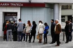 A Nicosie. L'Union européenne donne à Chypre jusqu'à lundi pour trouver les quelque six milliards d'euros nécessaires pour compléter son plan de sauvetage, sous peine d'un effondrement de son système financier qui entraînerait sans doute son éviction de la zone euro. /Photo prise le 21 mars 2013/REUTERS/Yannis Behrakis