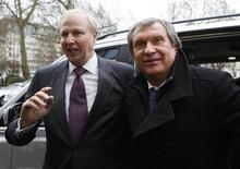 Глава BP Боб Дадли (слева) и руководитель российской Роснефти Игорь Сечин стоят около у входа в штаб-квартиру BP в Лондоне, 21 марта 2013 года. Крупнейшая в России нефтяная компания, государственная Роснефть, закончила сделку поглощения третьего по объему добычи нефти в РФ производителя - российско-британской ТНК-BP, сообщила Роснефть в четверг. REUTERS/Olivia Harris