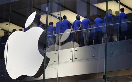 Staff at an Apple store hold a meeting in central Sydney September 21, 2012. REUTERS/Tim Wimborne/Files