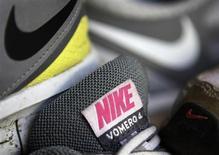 Nike à suivre sur les marchés américains. Le groupe a publié jeudi un bénéfice trimestriel supérieur aux attentes grâce à une amélioration de ses marges et fait état d'une hausse de ses commandes pour les mois à venir, des annonces saluées par un bond de 8% de son action dans des échanges d'après-Bourse. /Photo prise le 20 mars 2012/REUTERS/Lucy Nicholson