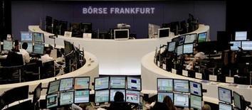 Les Bourses européennes sont indécises à la mi-journée après avoir effacé l'essentiel de leurs pertes et les futures sur Wall Street présagent d'une ouverture en légère hausse, les investisseurs accueillant avec une certaine satisfaction l'annonce d'une scission des activités grecques des banques chypriotes. /Photo d'archives/REUTERS/Remote/Janine Eggert