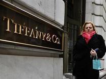 Tiffany & Co prévoit une hausse de ses ventes mondiales de 6% à 8% au cours de l'exercice fiscal 2013-2014, une prévision qui fait bondir de près de 4% le titre du joaillier américain dans des échanges d'avant-Bourse. /Photo prise le 18 mars 2013/REUTERS/Brendan McDermid