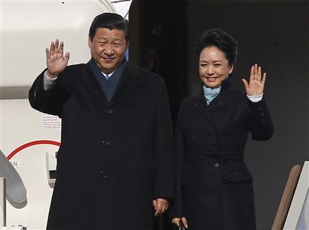 Chinese President Xi Jinping (L) and First Lady Peng Liyuan wave as they disembark from a plane upon their arrival at Moscow's Vnukovo airport March 22, 2013. REUTERS/Maxim Shemetov