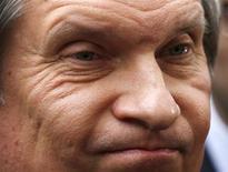 Глава Роснефти Игорь Сечин рядом со штаб-квартирой BP в центре Лондона 21 марта 2013 года. Государственная Роснефть, возглавляемая дирижёром российского ТЭК Игорем Сечиным, поглотила ТНК-BP и вышла в лидеры мировой нефтедобычи, заплатив за престижный статус круглую сумму - свыше $50 миллиардов, львиная доля которой - заёмные средства. REUTERS/Olivia Harris