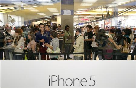 People queue outside an Apple store as they wait to buy the iPhone 5 in Rome September 28, 2012. REUTERS/Tony Gentile