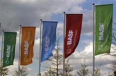 BASF a réduit ses prévisions à long terme pour refléter des changements dans les normes comptables IFRS (International Financial Reporting Standards). Pour 2015, le premier chimiste mondial par le chiffre d'affaires anticipe désormais un chiffre d'affaires de 80 milliards d'euros au lieu d'un objectif précédent de 85 milliards. /Photo d'archives/REUTERS/Ina Fassbender