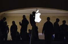 Les services de la concurrence à la Commission européenne s'intéressent aux pratiques d'Apple en matière de commercialisation de ses téléphones iPhone et de ses tablettes iPad à la suite de plaintes informelles de plusieurs opérateurs télécoms. Un porte-parole de la Commission a indiqué que les services de la concurrence avaient été informés des inquiétudes suscitées par les pratiques d'Apple sans que des plaintes n'aient pour autant été formellement déposées. /Photo prise le 15 mars 2013/REUTERS/Lucas Jackson