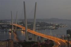 Вид на новопостроенный мост через бухту Золотой Рог во Владивостоке 5 августа 2012 года. Монопольный оператор экспорта электроэнергии из РФ госэнергохолдинг ИнтерРАО договорился с электросетевой госкорпорацией Китая (SGCC) изучить возможность строительства на Дальнем Востоке электростанции для роста поставок в КНР. REUTERS/Yuri Maltsev