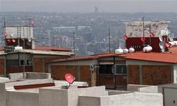 Imagen de archivo de unas antenas satelitales de Dish México instaladas sobre los techos de un barrio en Ciudad de México, jul 12 2011. La Cámara de Diputados de México completó el viernes la aprobación de una ambiciosa reforma que busca inyectar competencia en el sector de telecomunicaciones y medios, dos mercados dominados por los multimillonarios Carlos Slim y Emilio Azcárraga. REUTERS/Carlos Jasso