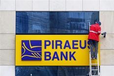 La Grèce a conclu un accord pour la reprise des succursales locales des banques chypriotes, ont annoncé les deux pays, ce qui devrait permettre au système bancaire grec d'échapper aux retombées de la crise à Chypre tout en réduisant le périmètre du secteur bancaire chypriote. Au moins trois banques grecques, parmi lesquelles Alpha Bank et Piraeus, sont prêtes à racheter les succursales des trois grands groupes bancaires chypriotes. /Photo d'archives/REUTERS/Bogdan Cristel