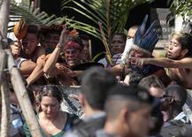 Índios protestam durante manifestação no Museu do Índio no Rio de Janeiro. O Batalhão de Choque da PM invadiu nesta sexta-feira o prédio do antigo Museu do Índio, no Rio de Janeiro, e expulsou indígenas e manifestantes que ocupavam o local, após o fracasso nas negociações pela desocupação da área entre o governo do Estado e os índios que moravam no local. 22/03/2013 REUTERS/Sergio Moraes