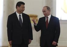 Председатель КНР Си Цзиньпин и президент России Владимир Путин на встрече в московском Кремле 22 марта 2013 года. Новый китайский лидер пообещал крепить сотрудничество с соседней Россией перед лицом международного кризиса и назвал символическим выбор Москвы для первого визита в качестве лидера второй по величине экономики мира. REUTERS/Sergei Karpukhin