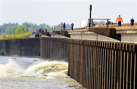 Members with the U.S. Army Corps of Engineers open the Morganza Spillway in Morganza, Louisiana May 14, 2011. REUTERS/Sean Gardner