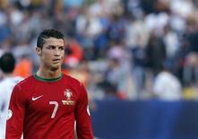 Jogador da seleção portuguesa de futebol, Cristiano Ronaldo, é visto durante partida eliminatória para a Copa do Mundo contra Israel, em Tel Aviv. Portugal se recuperou de uma desvantagem de dois gols para conseguir um empate em 3 x 3 contra Israel nesta sexta-feira. 22/03/2013 REUTERS/Ronen Zvulun