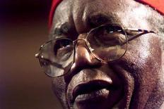 Foto de arquivo do romancista e poeta nigeriano Chinua Achebe, amplamente visto como um avô de literatura africana moderna, é visto durante cerimônia em Joanesburgo, na África do Sul. Achebe morreu nesta sexta-feira, aos 82 anos de idade. 12/09/2002 REUTERS/Mike Hutchings