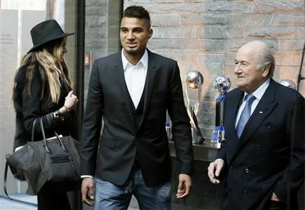 Player Kevin-Prince Boateng (C) of Italian club AC Milan and his spouse Melissa Satta (L) are accompanied by FIFA President Sepp Blatter at the FIFA headquarters in Zurich March 22, 2013. REUTERS/Arnd Wiegmann