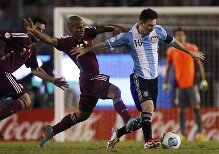 Argentina's Leonel Messi is chased by Venezuela's Romulo Otero (C) and Andres Tunez (L) in a 2014 World Cup qualifying soccer match in Buenos Aires March 22, 2013. REUTERS/Enrique Marcarian