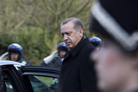 An honour guard (R) stands at attention as Turkish Prime Minister Recep Tayyip Erdogan leaves after his meeting with Dutch Queen Beatrix at royal palace Huis ten Bosch in The Hague March 21, 2013. REUTERS/Peter Dejong/Pool