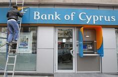 Le gouvernement chypriote et les représentants de la troïka (BCE, FMI et UE) se sont mis d'accord sur la création d'une taxe exceptionnelle de 20% sur les dépôts supérieurs à 100.000 euros détenus par la Bank of Cyprus, selon un responsable s'exprimant sous le sceau de l'anonymat, samedi. /Photo prise le 19 mars 2013/REUTERS/Bogdan Cristel