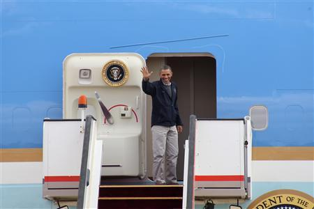 U.S. President Barack Obama waves as he boards Air Force One at the airport in Amman March 23, 2013. REUTERS/Majed Jaber