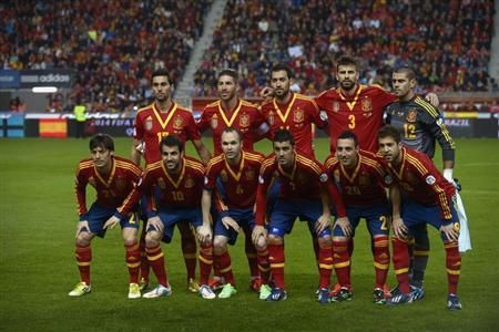 Spain national soccer team players (top row, L-R) Alvaro Arbeloa, Sergio Ramos, Sergio Busquets, Gerard Pique, Victor Valdes, (bottom row, L-R) David Silva, Cesc Fabregas, Andres Iniesta, David Villa, Santi Cazorla and Jordi Alba pose before their 2014 World Cup qualifying soccer match against Finland in Molinero stadium, in Gijon March 22, 2013. REUTERS/Vincent West