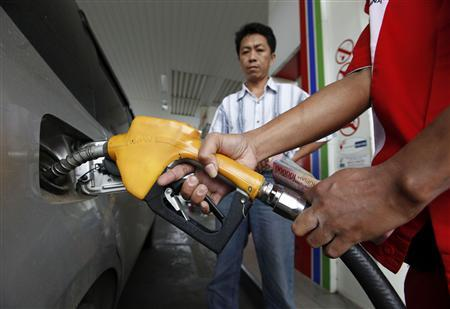 A gas station worker adds fuel into a car at a fuel station in Jakarta in this December 14, 2010 file photo. REUTERS/Enny Nuraheni/Files