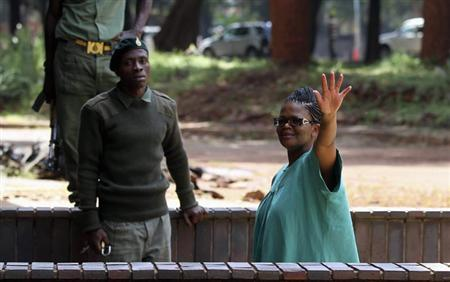 Zimbabwe's Lawyers For Human Rights (ZLHR) Board Member Beatrice Mtetwa waves as she arrives at Harare Magistrates Court, March 20, 2013. REUTERS/Philimon Bulawayo