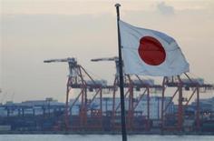 Lors d'une conférence téléphonique ayant remplacé un sommet prévu lundi à Tokyo et déprogrammé en raison de la crise chypriote, les dirigeants japonais et européens se sont entendus pour entamer le mois prochain des discussions en vue de conclure un accord de libre-échange grâce auquel les deux puissances économiques espèrent doper leur croissance. /Photo prise le 24 janvier 2013/REUTERS/Yuya Shino