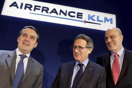 Chairman and CEO of Air France-KLM Jean-Cyril Spinetta (C), President and CEO of Dutch airline KLM Peter Hartman (R) and Chairman and CEO of Air France Alexandre de Juniac (L) pose prior to the presentation of the company's 2012 annual result in Paris February 22, 2013. REUTERS/Philippe Wojazer