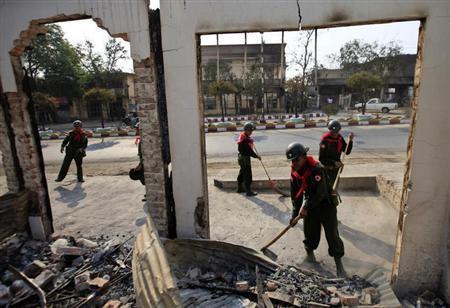 Soldiers work to clean debris in Meikhtila March 24, 2013. REUTERS/Soe Zeya Tun