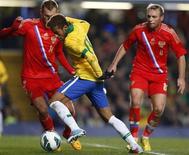 O atacante brasileiro Neymar é marcado durante jogo contra a Rússia nesta segunda-feira. REUTERS/Andrew Winning