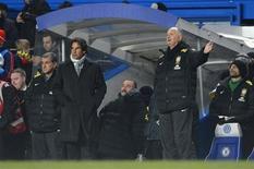 O técnico Luiz Felipe Scolari (D) gesticula durante empate do Brasil com a Rússia nesta segunda-feira em Londres. REUTERS/ Paul Hackett