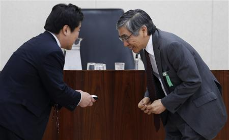 Bank of Japan's (BOJ) Governor Haruhiko Kuroda (R) bows to a committee member as they exchange their name cards before the lower house financial committee of Parliament in Tokyo March 26, 2013. REUTERS/Toru Hanai