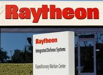 Raytheon, à suivre mardi sur les marchés américains. Le groupe spécialisé dans la défense, va ramener à quatre ses divisions opérationnelles à partir du 1er avril, une réorganisation qui se traduira par la suppression de 200 postes et qui est censée permettre des économies annuelles de 85 millions de dollars. /Photo d'archives/REUTERS/Mike Blake