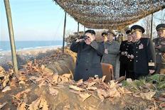 Líder norte-coreano, Kim Jong-Un (E), observa soldados do Exército Popular Coreano que participam de exercícios militares, na Costa Leste do país. Tirada em 25/03/2013 REUTERS/KCNA