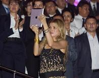 Гульнара Каримова, дочь президента Узбекистана Ислама Каримова, снимает на iPad видео, как её отец танцует в День независимости в Ташкенте 31 августа 2012 года. Каримова через твиттер опровергла сообщения эмигрантских вебсайтов о том, что здоровье 75-летнего лидера стратегически важного государства Центральной Азии пошатнулось. REUTERS/Shamil Zhumatov