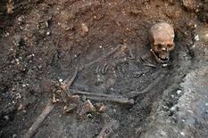 Les restes du roi d'Angleterre Richard III, qui ont été retrouvés en septembre dernier sous un parking de Leicester, dans le centre de l'Angleterre. L'Université de Leicester a obtenu l'autorisation d'inhumer la dépouille du souverain mal-aimé immortalisé par Shakespeare dans la cathédrale de la ville mais certains de ses descendants demandent que leur royal ancêtre repose dans la cathédrale d'York. /Photo prise le 4 février 2013/REUTERS/Université de Leicester