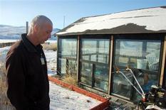 Kim Ernst, le chef danois du Roklubben, un restaurant sur la rive d'un lac gelé au Groenland, aux abords de la serre dans laquelle il cultive entre autres des tomates, des poivrons et des herbes aromatiques. Au-delà du cercle polaire, une agriculture naissante tire parti du réchauffement, certains responsables espérant que le réchauffement permettra à l'île de s'affranchir de sa dépendance envers le Danemark. /Photo prise le 5 mars 2013/REUTERS/Alistair Scrutton
