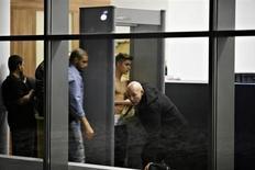 Par un froid de -10°C, Justin Bieber s'est promené torse nu lundi soir à l'aéroport de Lodz, dans le centre de la Pologne, nouvel épisode d'une tournée européenne agitée pour la pop star canadienne. /Photo prise le 25 mars 2013/REUTERS/Tomasz Stanczak/Agencja Gazeta