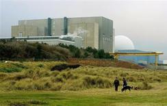 Centrale de Sizewell, dans le Suffolk. La Grande-Bretagne a dévoilé mardi ses ambitions nucléaires, engageant des fonds dans un secteur dont elle attend 40.000 emplois nouveaux ainsi qu'une réduction des émissions de CO2 et de la dépendance à de coûteuses importations énergétiques. /Photo d'archives/REUTERS/Dylan Martinez