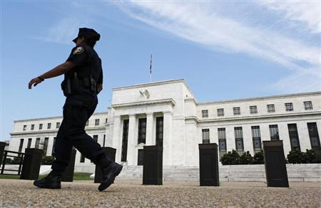 A police officer walks in front of the Federal Reserve, which is expected to release minutes of Federal Open Market Committee from August 1, 2012 later today, in Washington August 22, 2012. REUTERS/Larry Downing