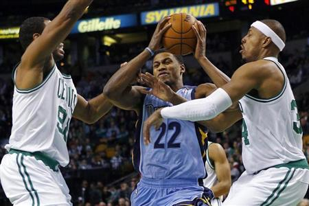 Memphis Grizzlies forward Rudy Gay (C) drives to the basket between Boston Celtics center Jason Collins (L) and forward Paul Pierce in the first quarter of their NBA basketball game in Boston, Massachusetts January 2, 2013. REUTERS/Brian Snyder