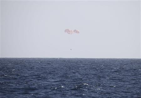 3月26日、国際宇宙ステーションに物資を輸送した米民間宇宙企業スペースXの無人宇宙船が、地球に帰還した。写真はスペースX提供(2013年 ロイター)