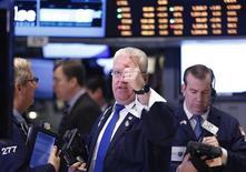 Трейдеры на Нью-Йоркской фондовой бирже 26 марта 2013 года. Американский фондовый индекс Dow Jones во вторник обновил исторический максимум, поднявшись более чем на 100 пунктов, а индекс S&P 500 приблизился к рекордному уровню закрытия, за счет позитивных отчетов о ценах на жилье и производстве. REUTERS/Brendan McDermid