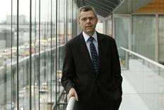 Le nouveau directeur général d'Alcatel-Lucent Michel Combes dévoilera en juin son plan pour redresser l'équipementier télécoms grevé par de lourdes pertes et pour lequel une vaste restructuration a été engagée. /Photo d'archives/REUTERS/Benoît Tessier