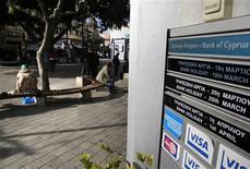 A Nicosie. Alors que les banques chypriotes sont fermées depuis 12 jours, il semble que l'île ne soit pas tirée d'affaire malgré l'accord conclu ce week-end à Bruxelles pour lui épargner la faillite. Les tensions vont en effet croissant entre le chef de l'Etat issu des rangs conservateurs et le gouverneur de la Banque centrale, nommé par son prédécesseur communiste. /Photo prise le 27 mars 2013/REUTERS/Yannis Behrakis
