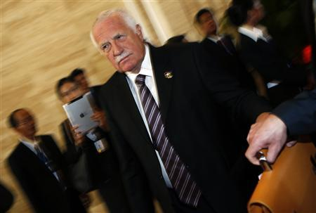 Czech Republic's President Vaclav Klaus passes his bag to a staff member as he leaves for a break during a plenary session on the second day of the Asia-Europe Meeting (ASEM) summit in Vientiane November 6, 2012. REUTERS/Damir Sagolj