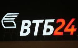Логотип банка ВТБ в Москве 25 февраля 2010 года. Шведская Tele2 AB договорилась о продаже российского подразделения группе ВТБ за $2,4 миллиарда в денежных средствах плюс $1,15 миллиарда чистого долга, сообщили стороны в среду вечером. REUTERS/Sergei Karpukhin