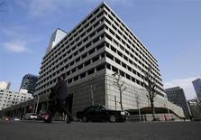 La Banque du Japon (BoJ) a déjà franchi les limites qu'elle s'était elle-même imposées en matière de rachats d'actifs et entend continuer dans cette voie, a dit jeudi son gouverneur Haruhiko Kuroda, confirmant ainsi son intention d'opérer une refonte de la politique monétaire. /Phoot prise le 14 mars 2013/REUTERS/Toru Hanai